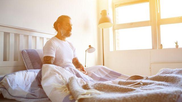 Un hombre en una cama.