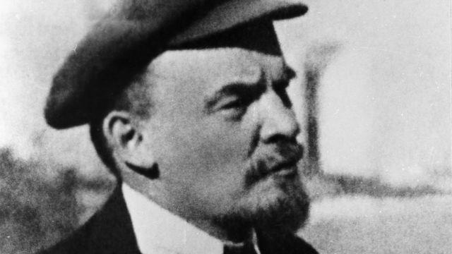 Владимир Ленин на прогулке в Кремле 16 октября 1918 г.