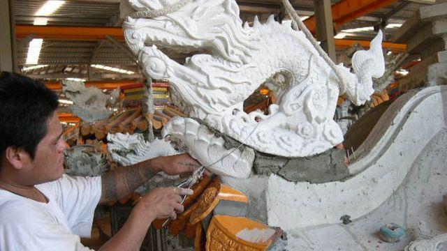工人正在安装庙宇上的配件。