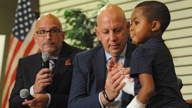 Zion Harvey acompañado de 2 médicos del Hospital Infantil de Filadelfia