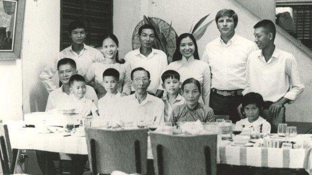 Dick Swanson với Germain Loc và gia đình cô tại Sài Gòn