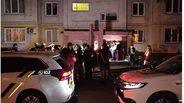 事发后媒体闻讯赶往巴布琴科居住的公寓楼