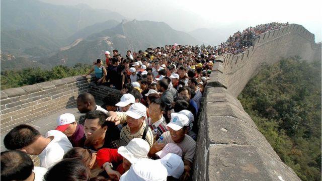 Visitantes se agolpan en la Gran Muralla China.