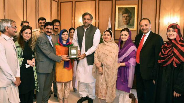 Malala recebeu uma condecoração das mãos do Primeiro Ministro Shahid Khaqan Abbasi em Islamabad