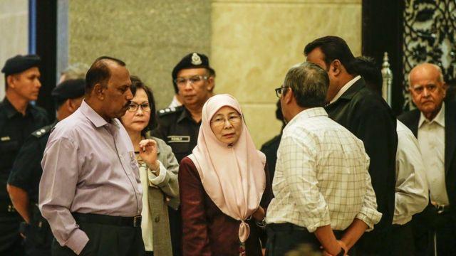 صورة زوجة أنور إبراهيم مع بعض المؤيدين