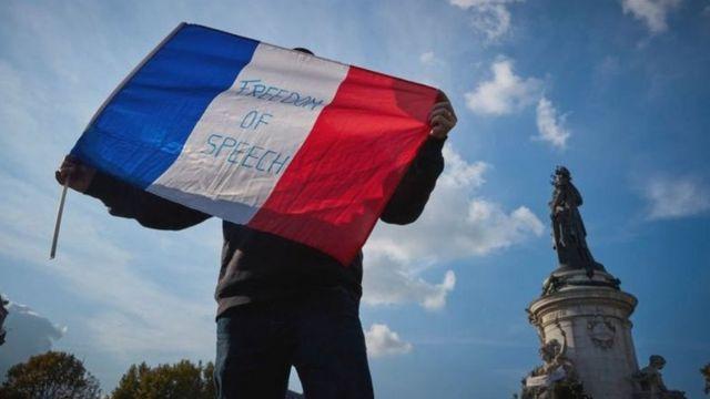 تظاهر الآلاف في فرنسا بعد ذبح مدرس قام بعرض رسوم كاريكاتورية للنبي محمد