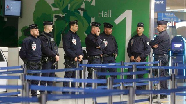 パリのシャルル・ド・ゴール空港では警備が強化された(19日)