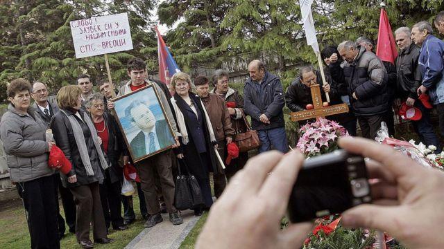 Slobodan Miloşeviç'in destekçileri mezarı başında anma töreni düzenledi (11 Mart 2019)