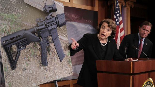 """La sendora Dianne Feinstein muestra un arma modificada con un """"bump-stock""""."""