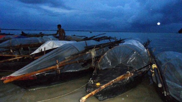 कहलगांव में गंगा तट पर मछुआरों की नौकाएं