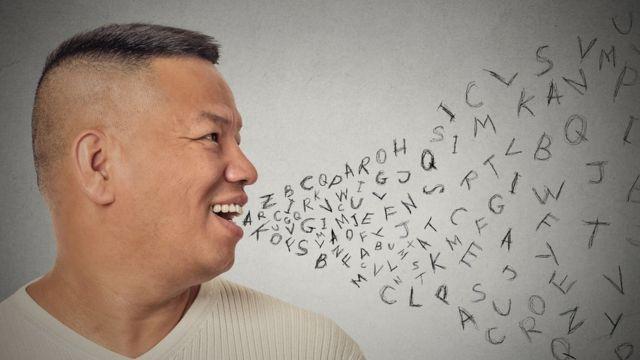 Hombre con letras saliendo de la boca