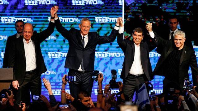 Mavi ve Beyaz ittifakı liderleri Moshe Yaalon, Benny Gantz, Gabi Ashkenazi ve Yair Lapid de seçim gecesi zaferlerini ilan etmişti.