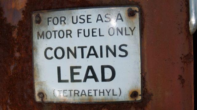 """""""Sólo para uso como combustible de motor. Contiene plomo (tetraetilo)"""", advierte el anuncio"""