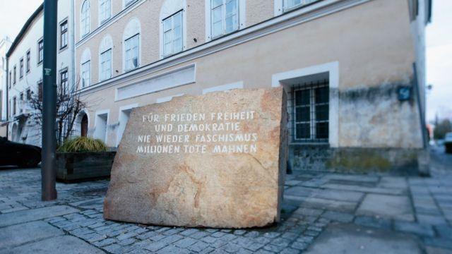 หินจารึกคำเชิดชูผู้ตกเป็นเหยื่อของลัทธิฟาสซิสต์ หน้าบ้านเกิดฮิตเลอร์