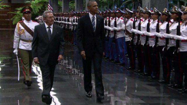 Raul Castro (l) and Barack Obama
