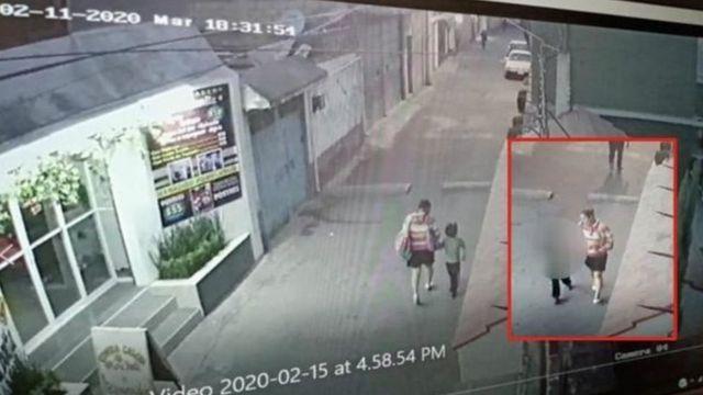 Rekaman CCTV yang memperlihatkan Fatima bersama seorang perempuan.