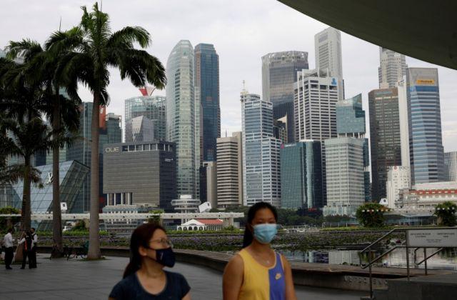 Dijital güvenlik, sağlık güvenliği ve altyapı güvenliği açısından ikinci gelen Singapur, dijital gözetleme ve temas takip ile bu özelliklerini kullanarak daha pandeminin ilk günlerinde hızlı bir şekilde ilerledi.