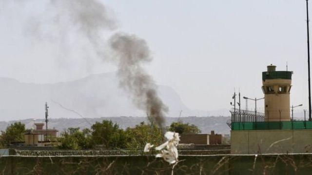 သူပုန်တွေရဲ့ တိုက်ခိုက်မှု အပြီး ကာဘူးလ်လေဆိပ်ပေါ်မှာ မြင်နေရတဲ့ မီးခိုးတန်း
