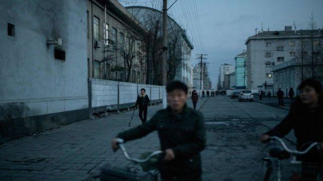 어둠이 내린 북한의 신의주 거리