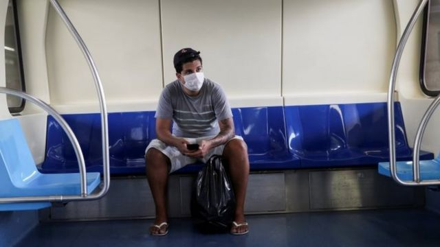 Homem com máscara no metrô em São Paulo