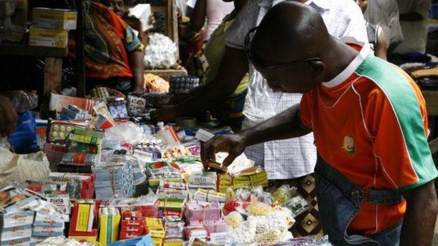 Un homme scrute des médicaments de la rue en Côte d'Ivoire (illustration)