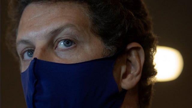 Ricardo Salles usando máscara