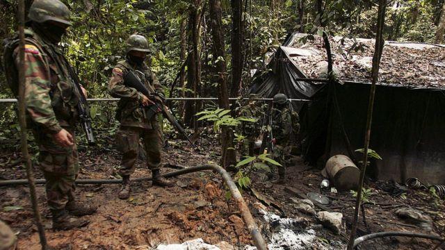 Soldados ecuatorianos inspeccionan un laboratorio cerca de la frontera con Colombia en 2008.