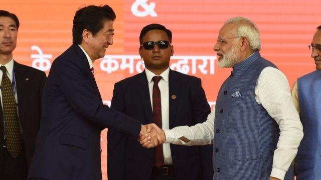 นายกรัฐมนตรีอินเดียและญี่ปุ่นร่วมพิธีวางศิลาฤกษ์โครงการก่อสร้างรถไฟหัวกระสุนสายแรกของอินเดีย