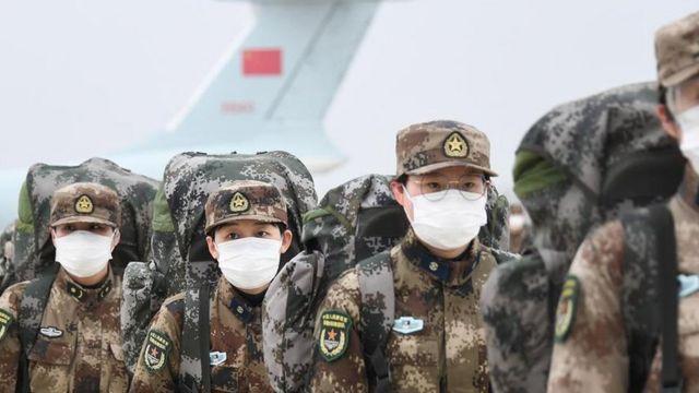 2月2日,中国空运军队支援湖北医疗队抵达武汉天河机场。