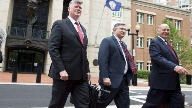 Юристы, представляющие интересы Пола Манафорта у здания суда в Александрии (слева направо): Кевин Даунинг, Ричард Уэстлинг и Томас Синле