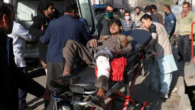 أشخاص ينقلون مصابا إلى المستشفى