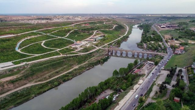 Diyarbakır'da Dicle nehrinin tepeden çekilmiş bir fotoğrafı.