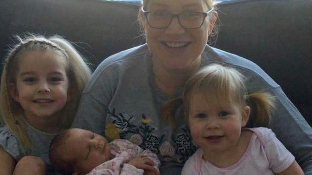 (캡션) 세 딸과 함께 사진 찍은 아내 니콜라 킨록