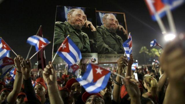 مواطنون يرفعون صور كاسترو