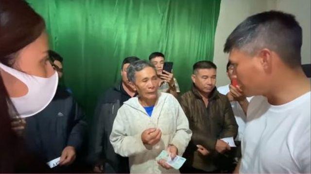 Thủy Tiên và Công Vinh trao 200 triệu cho bác nông dân mất trắng tài sản sau lũ để trả nợ.