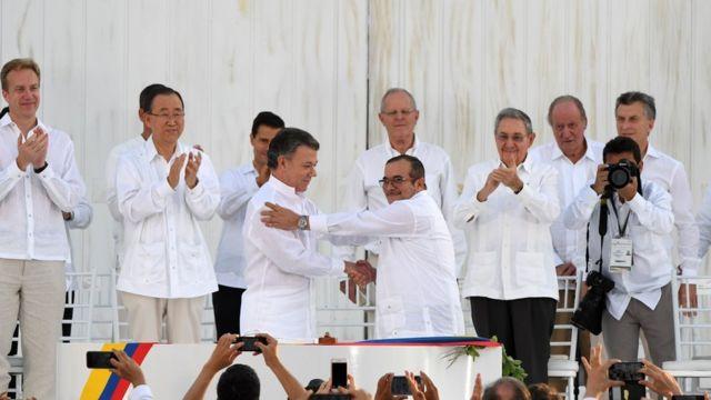 Santos y Londoño firman el acuerdo de paz