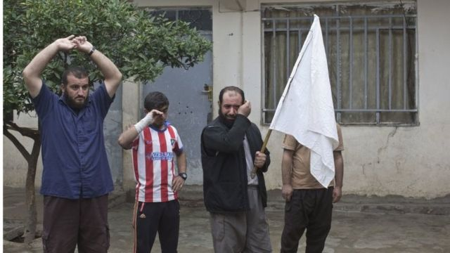 イラク軍が到着したモスル東部で白旗を上げ涙を流す市民(2日)