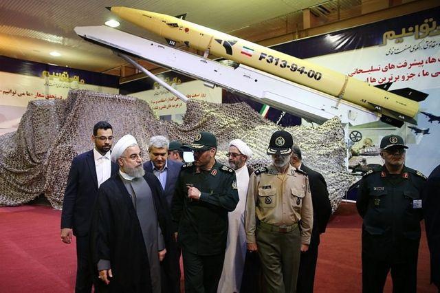 الرئيس الإيراني حسن روحاني يزيل الستار عن صاروخ فاتح -313 أرض-أرض أو كونكرور