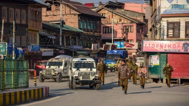 Hindistan yönetimindeki Keşmir'deki olaylar nedeniyle Pazar günü çok sayıda dükkan kepenk kapattı.