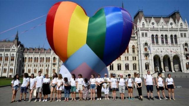 Macaristan'da aktivistler parlamentonun önünde balon uçurdu