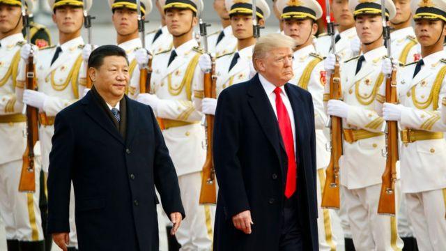 El presidente de China Xi Jinping recibiendo a su homólogo estadounidense Donald Trump en noviembre de 2017.