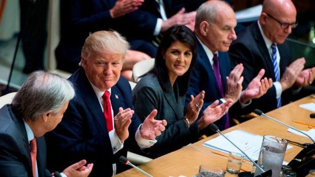 Trump aplaudiendo junto a parte de su equipo de gobierno.
