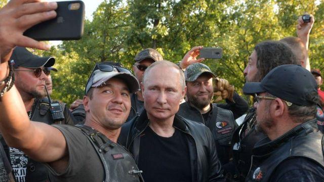 Putin akiwa na waendesha pikipiki eneo la Krimea, 2019