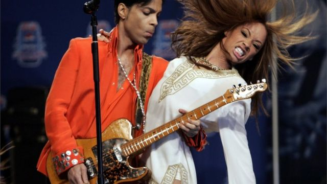 Musician Prince (L) performs for members of the news media in Miami Beach, Florida February 1, 2007.