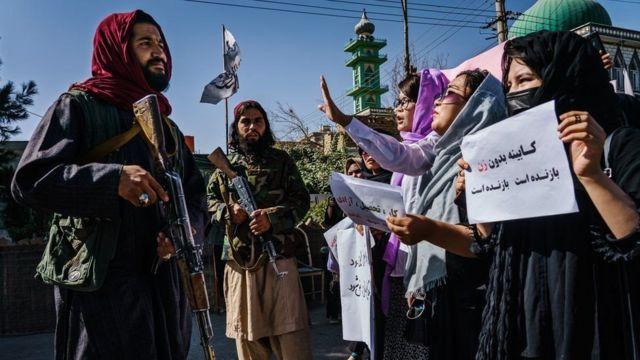 جنگجویان طالبان مقابل زنان معترض در کابل ایستادهاند