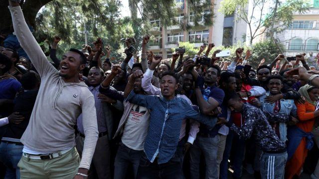 Manifestantes favoráveis a Jawar Mohammed expressam apoio do lado de fora de sua casa na capital, Addis Abeba