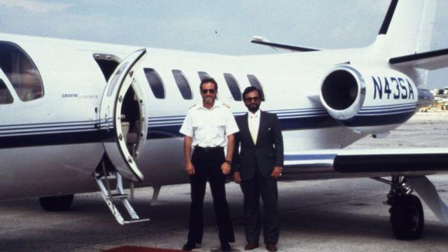 Robert Mazur (izq.), durante un operativo encubierto, a finales de los 80.
