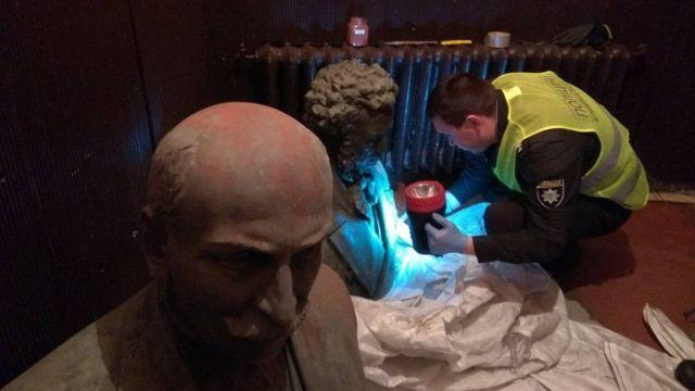У Чернігові затримали викрадачів пам'ятників Коцюбинського і Пушкіна