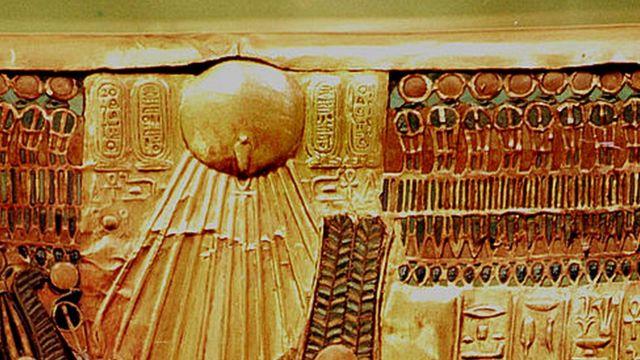 El sol al respaldo del trono de Tutankamen que quizás fue hecho para Akenatón