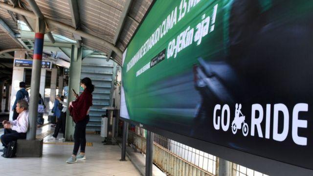 Iklan aplikasi Gojek di sebuah stasiun di Jakarta.